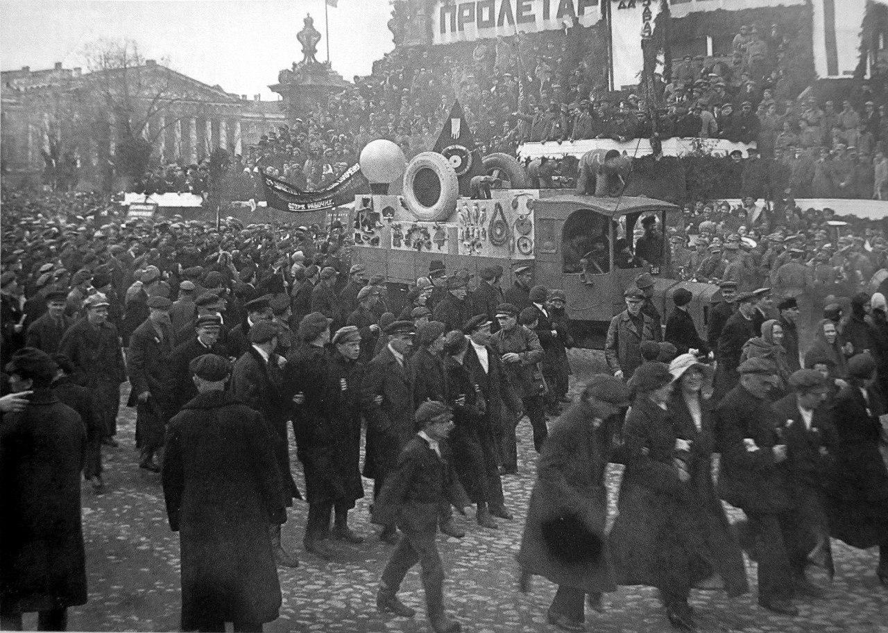 Первомайская демонстрация на пл.Урицкого.