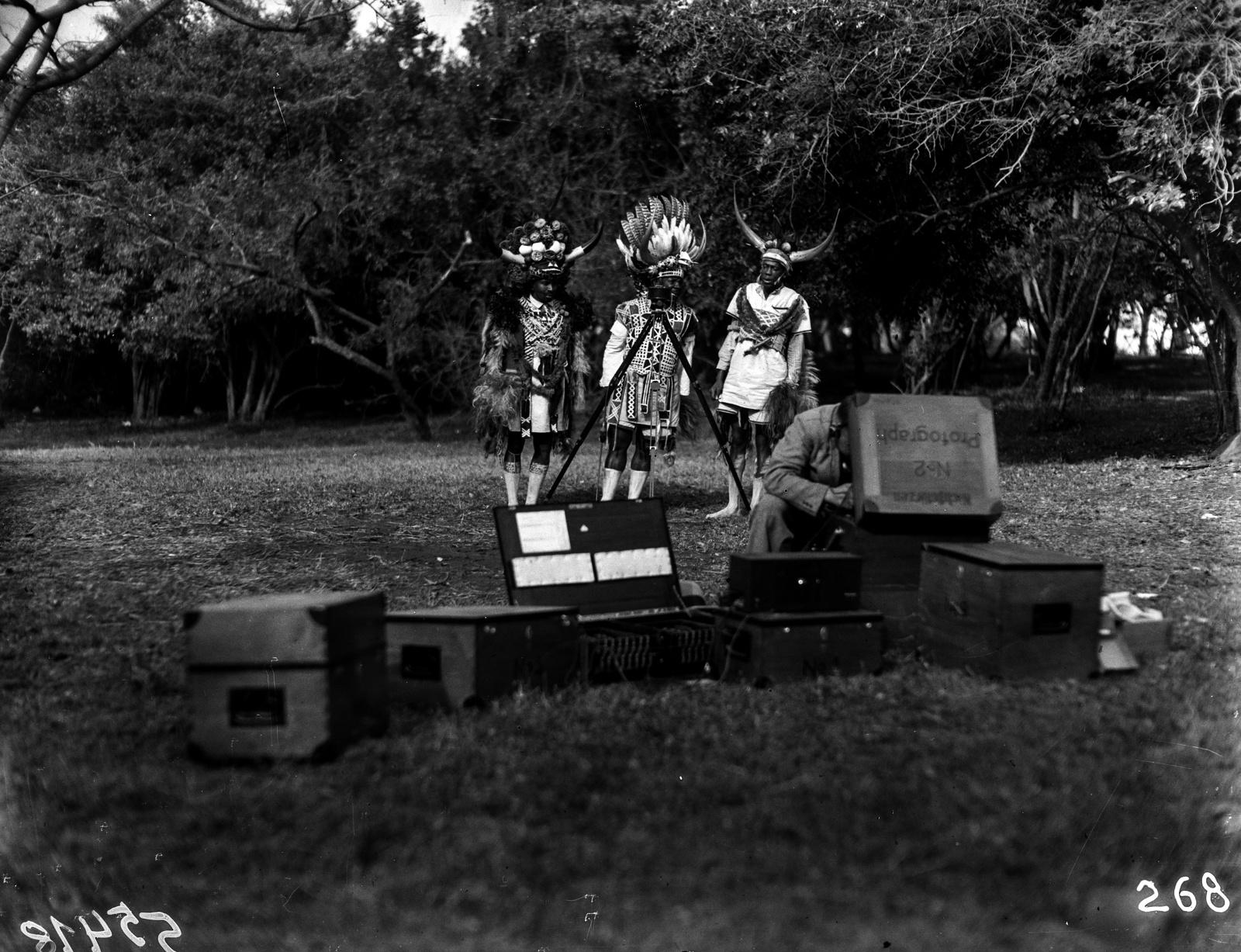 Южно-Африканский Союз. Дурбан. Зулу в традиционной одежде за звукозаписывающим оборудованием