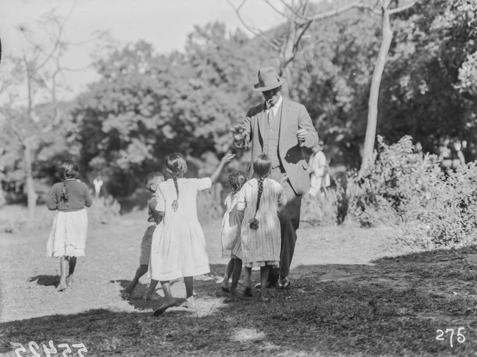 Южно-Африканский Союз. Дурбан. Участник экспедиции, окруженный детьми