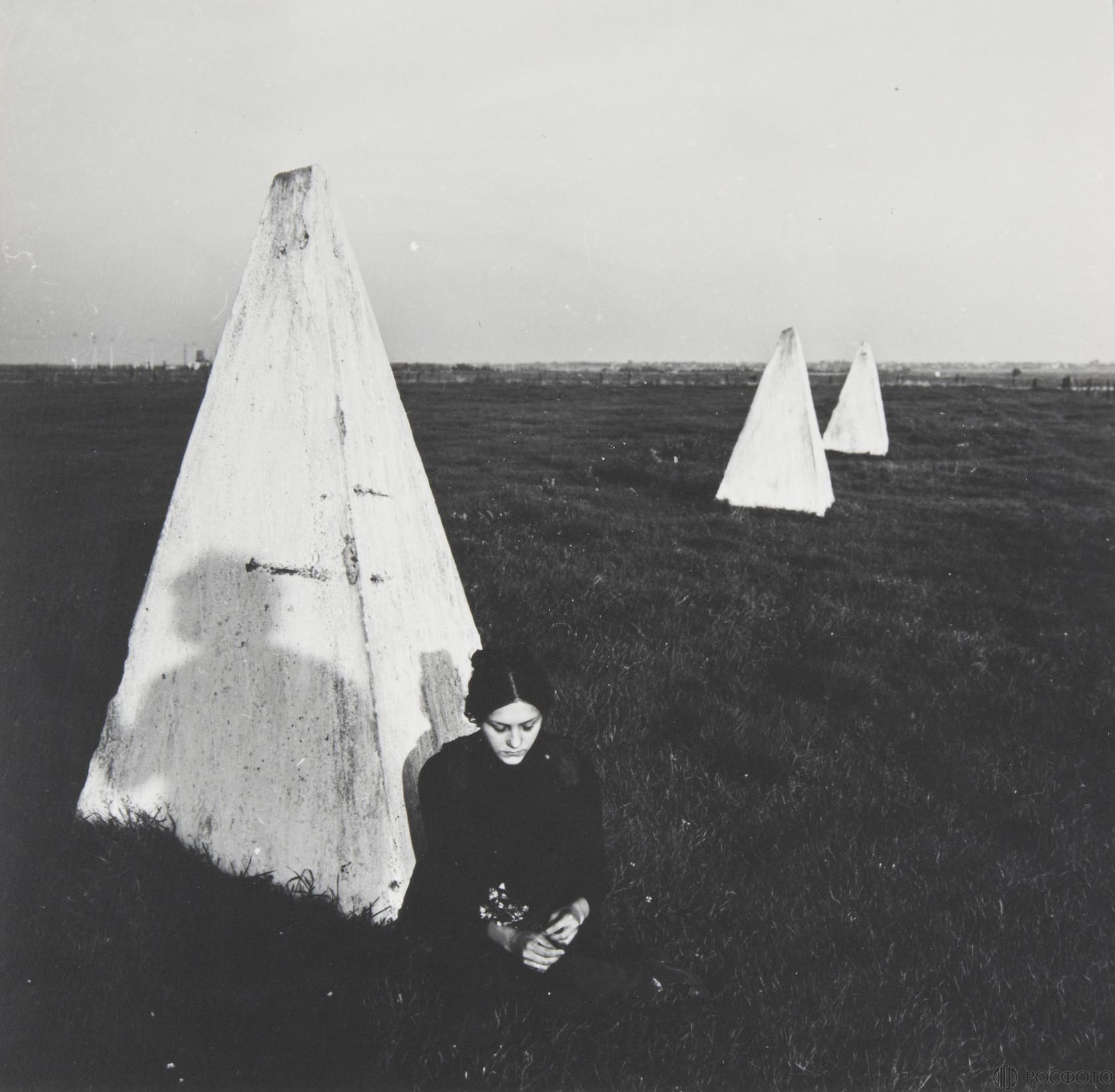 1980-е. Девушка у ж/б пирамиды