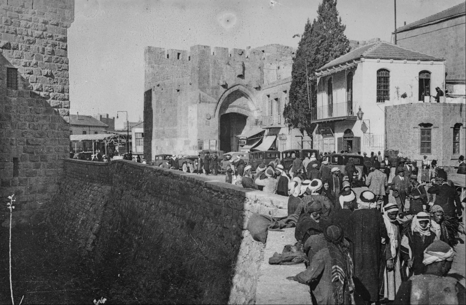 Иерусалим. Люди на улице возле Башни Давида на Пасху 1929 года