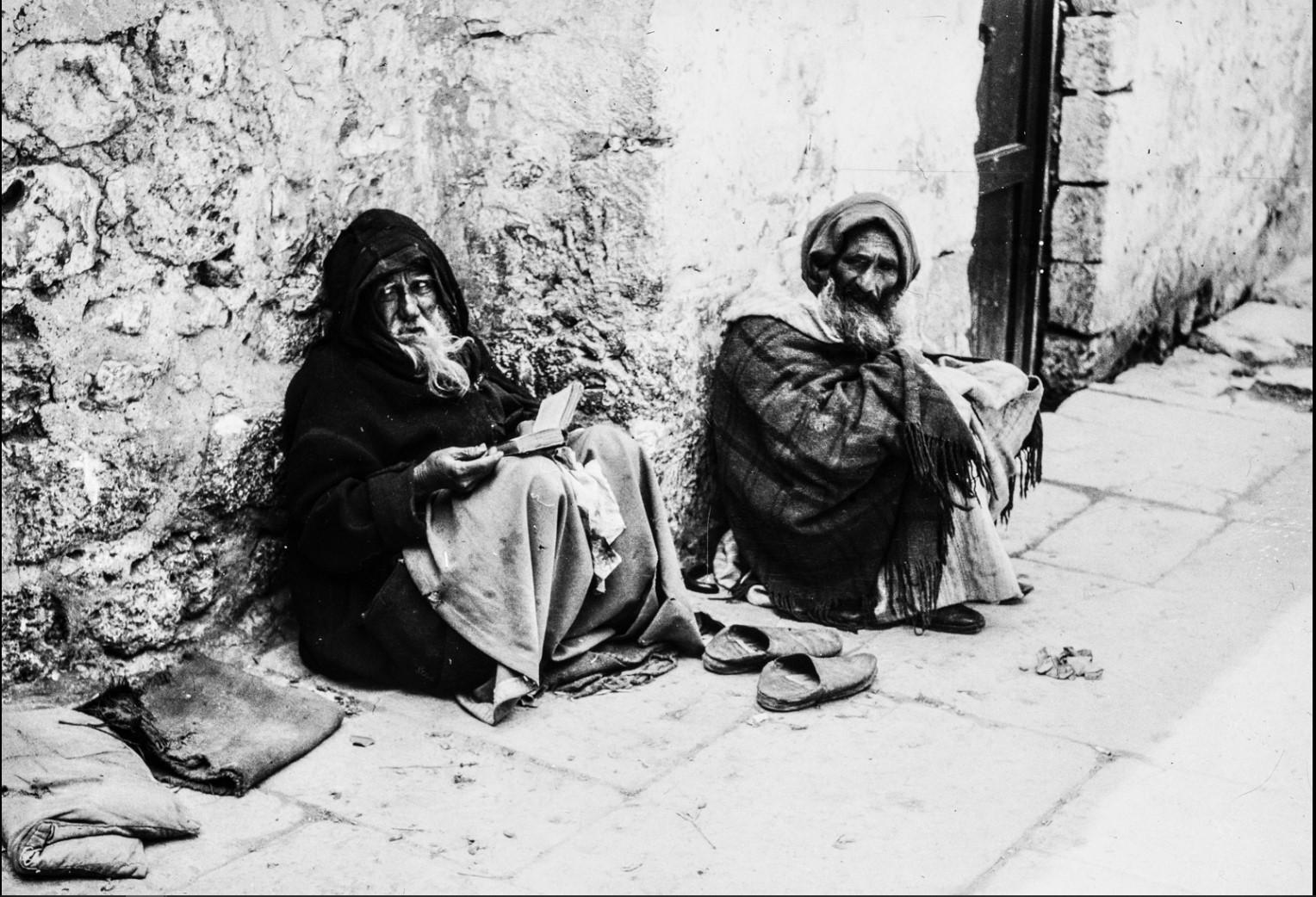 Иерусалим.  Двое мужчин сидят на улице