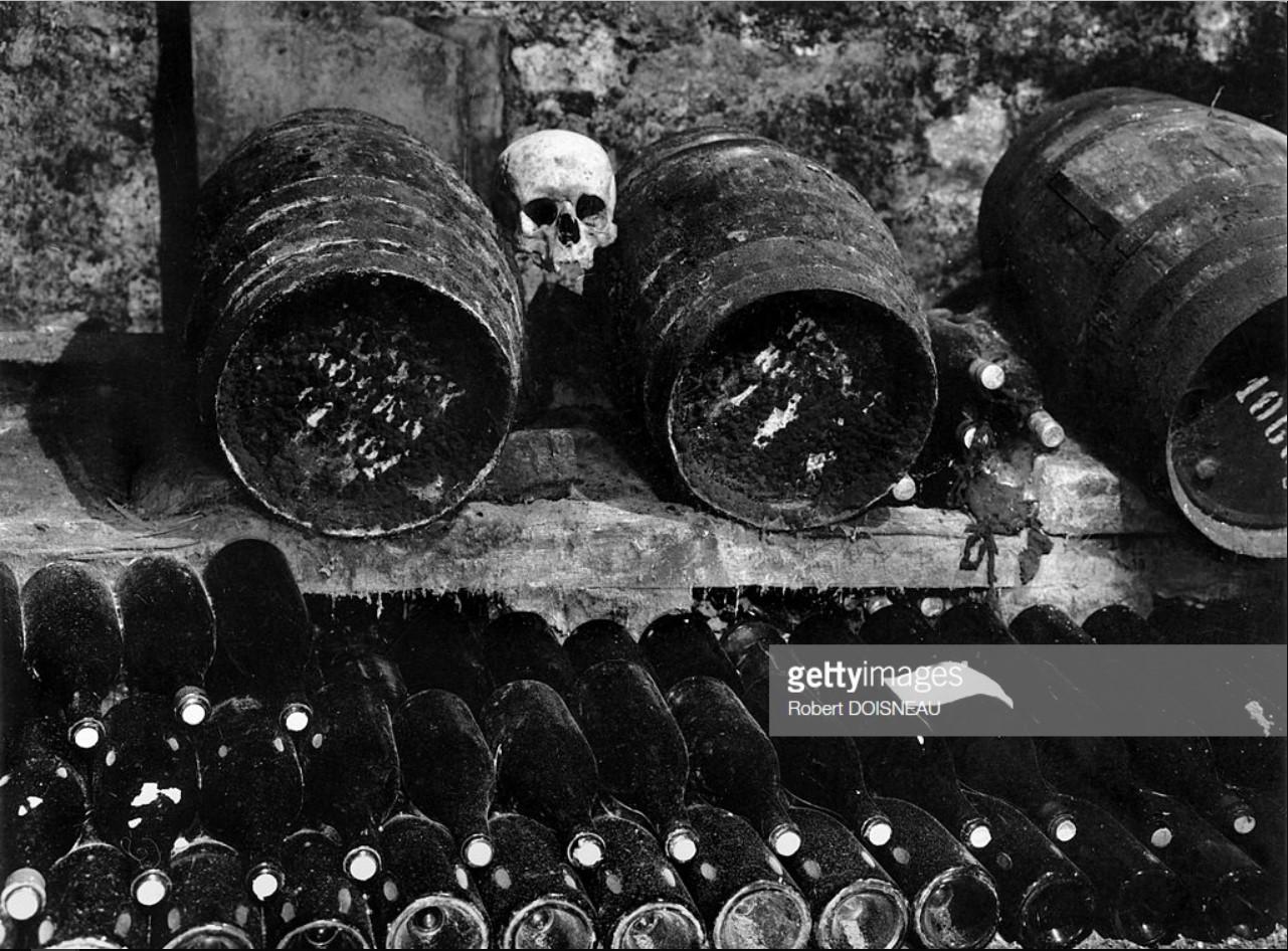 1967. Подвал бара, принадлежащего Жану Сеттуру. Здесь он хранит вино вместе со старыми костями, найденными на кладбище Невинных