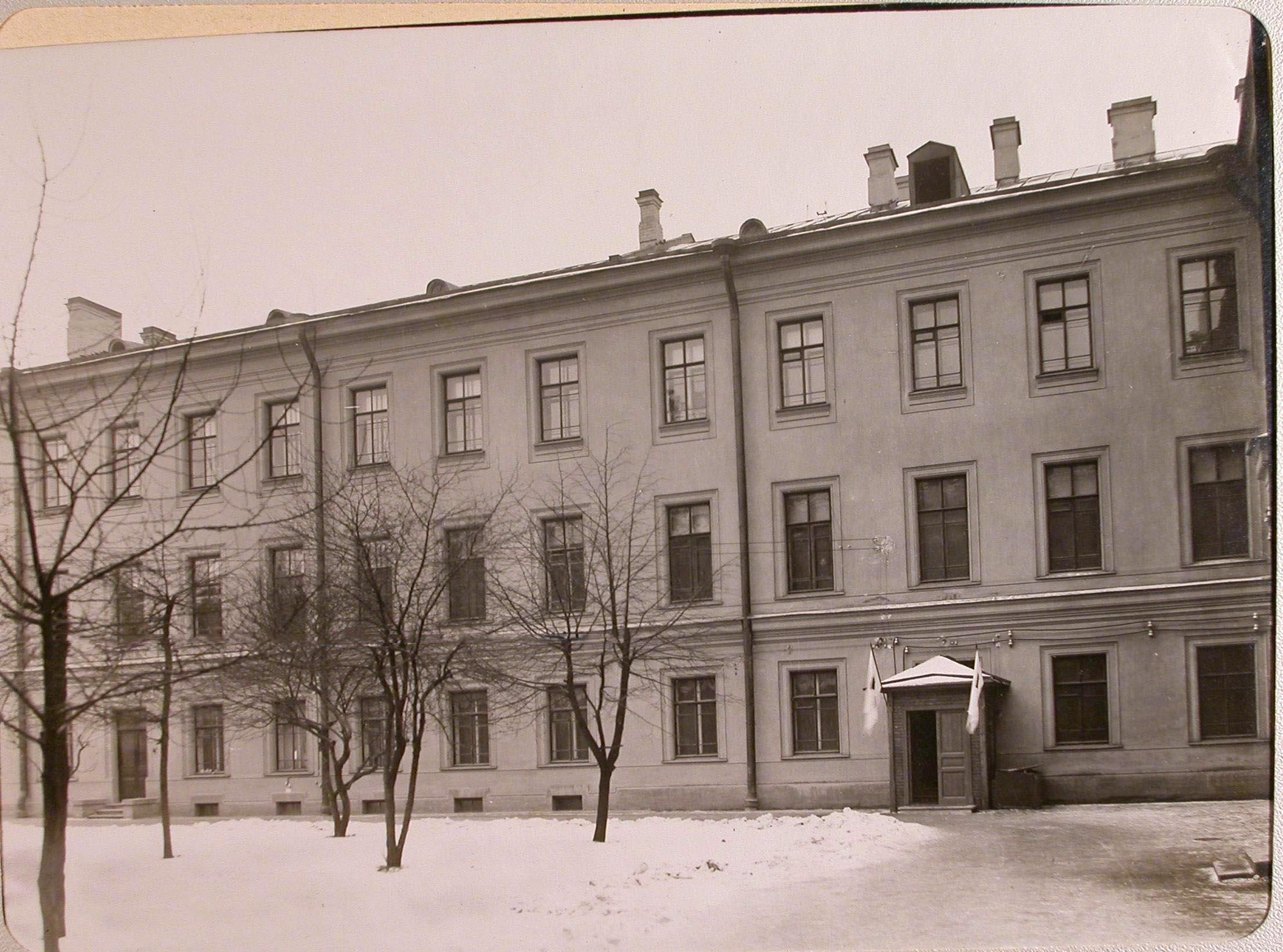 02. Вид части здания лазарета, устроенного в женском училище имени императрицы Марии Александровны, и вход со стороны сада