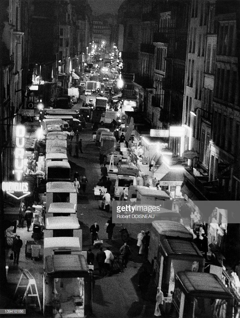 1969. Грузовые автомобили на улице Монмартр ночью в районе Ле-Аль