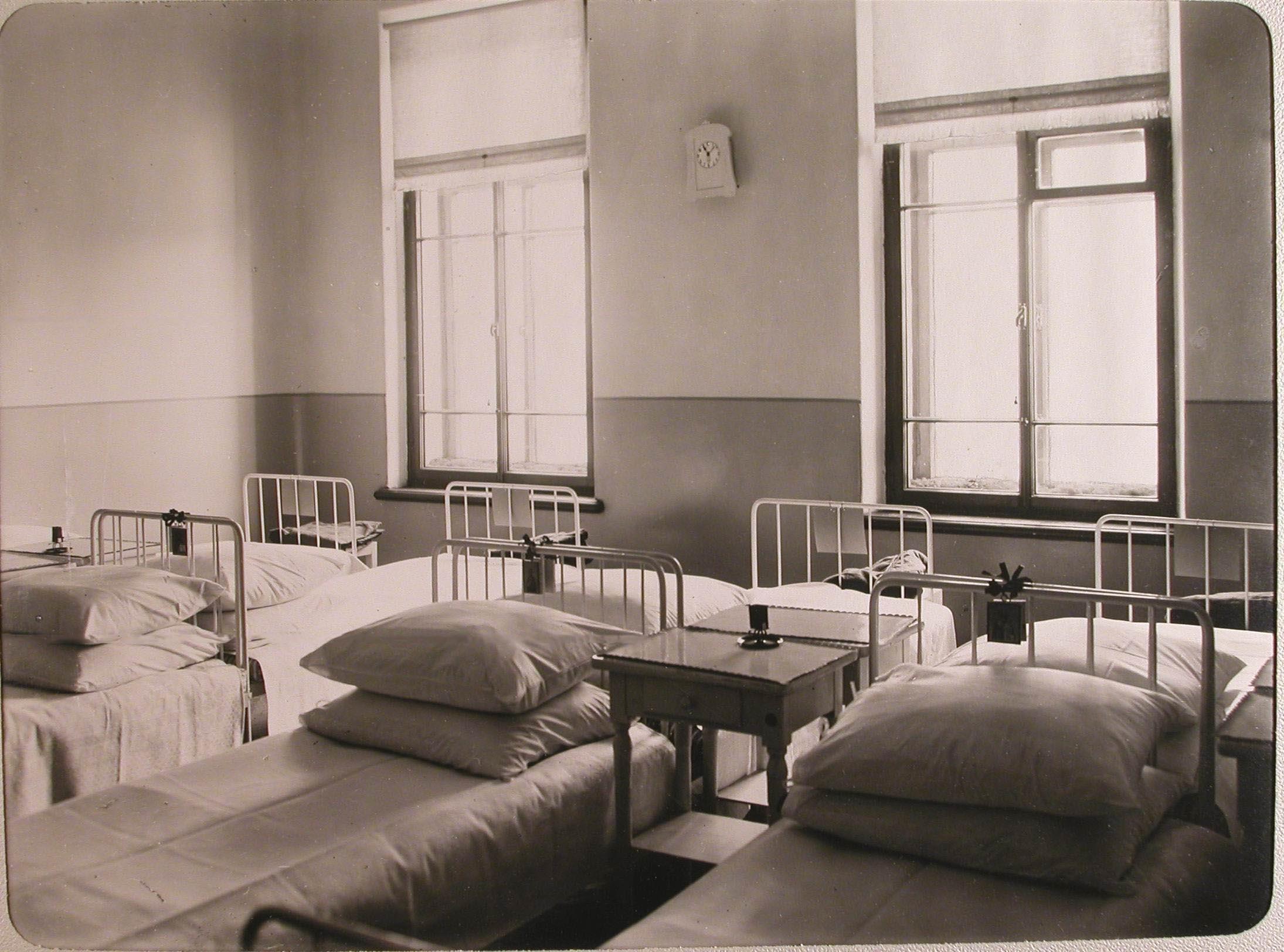 08. Вид части палаты № 4 лазарета для раненых, устроенного в женском училище имени императрицы Марии Александровны