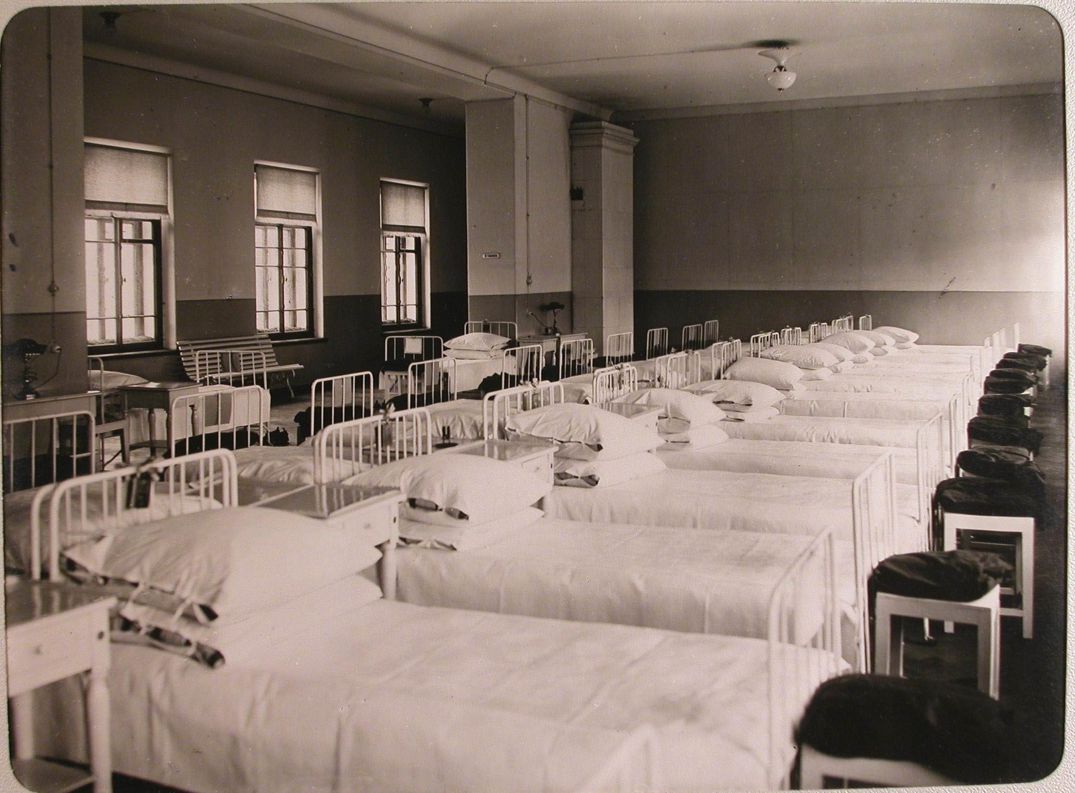 09. Внутренний вид палаты № 5 лазарета для раненых, устроенного в женском училище имени императрицы Марии Александровны