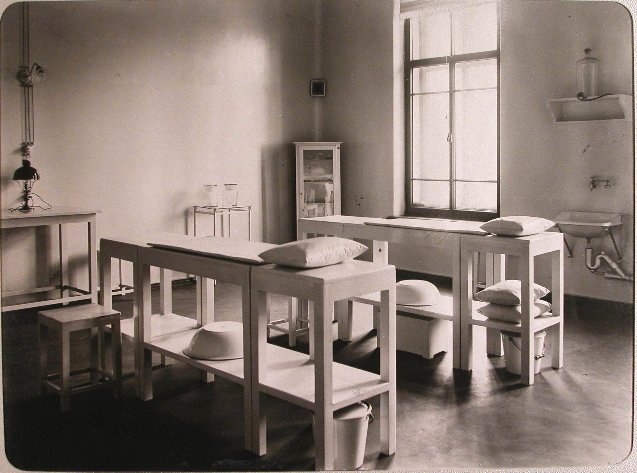14. Вид перевязочной лазарета для раненых (на нижнем этаже), устроенного в женском училище имени императрицы Марии Александровны