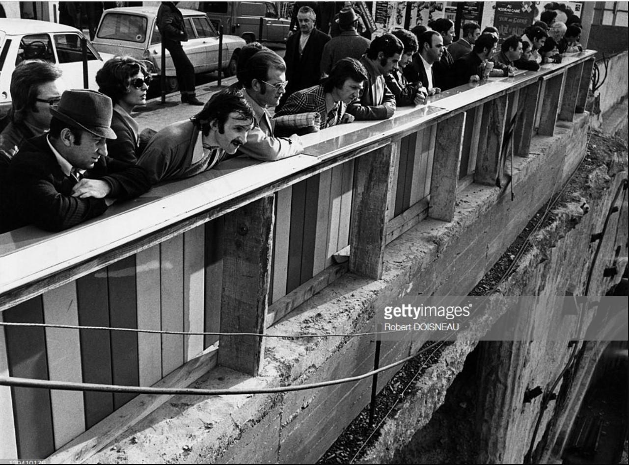 1975. Люди наблюдают за строительством подземного коммерческого центра «Форум-де-Аль»