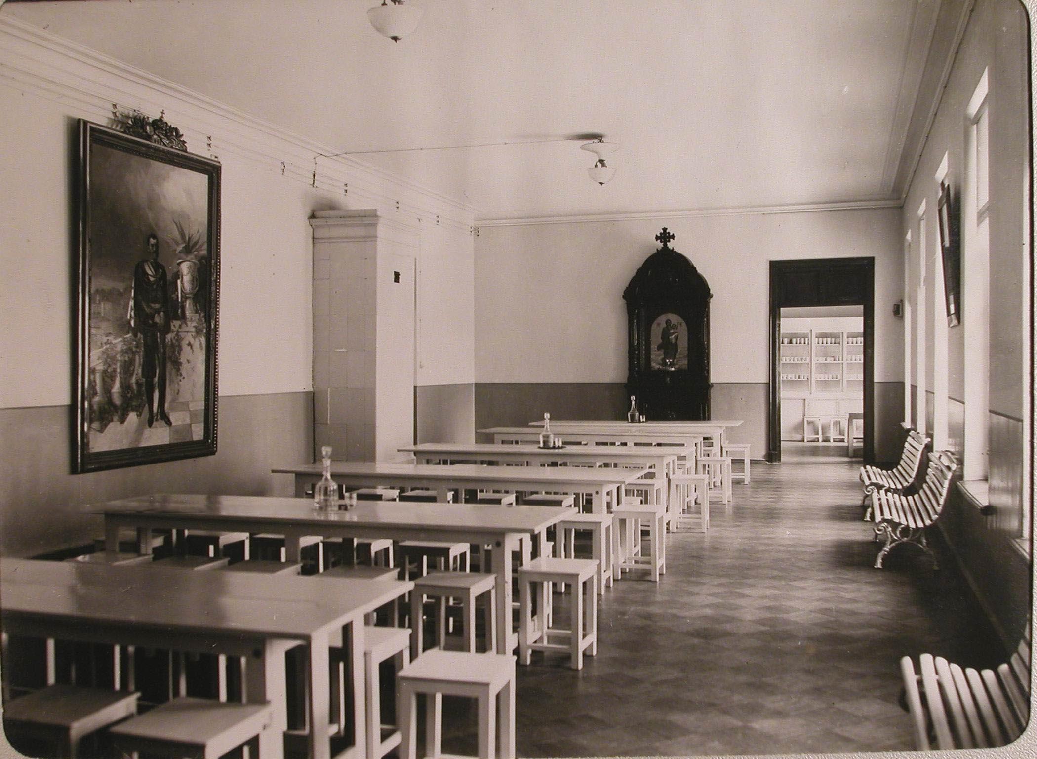 18. Вид части столовой лазарета для раненых, устроенного в женском училище имени императрицы Марии Александровны