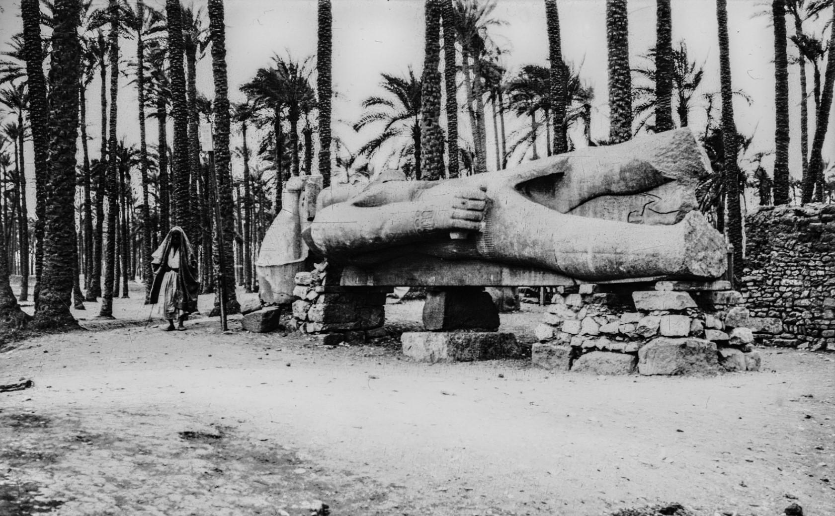 Лежащая колоссальная статуя Рамсеса II в руинах Мемфиса