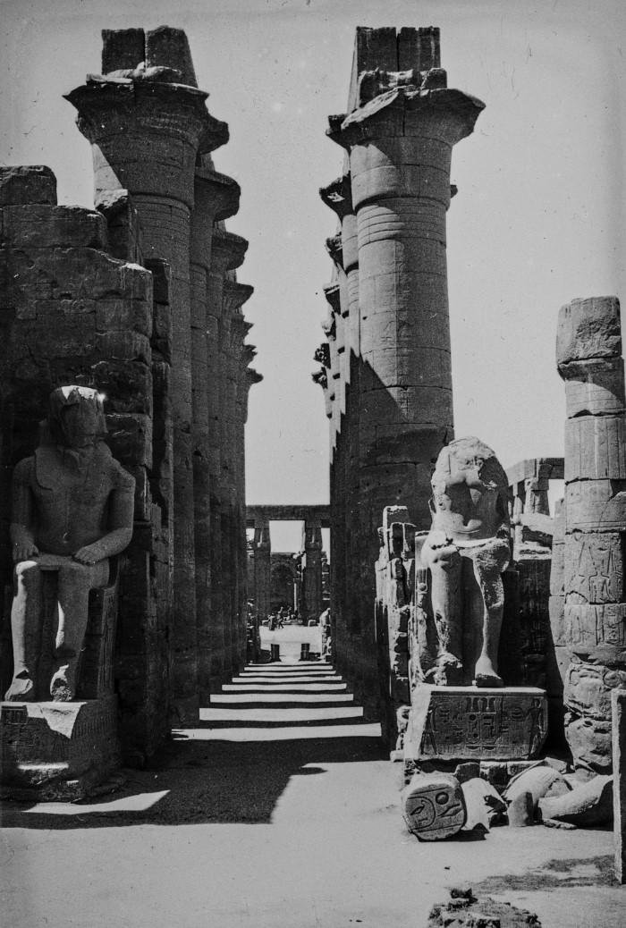 Фивы. Две статуи перед разрушенным храмом Рамессеума