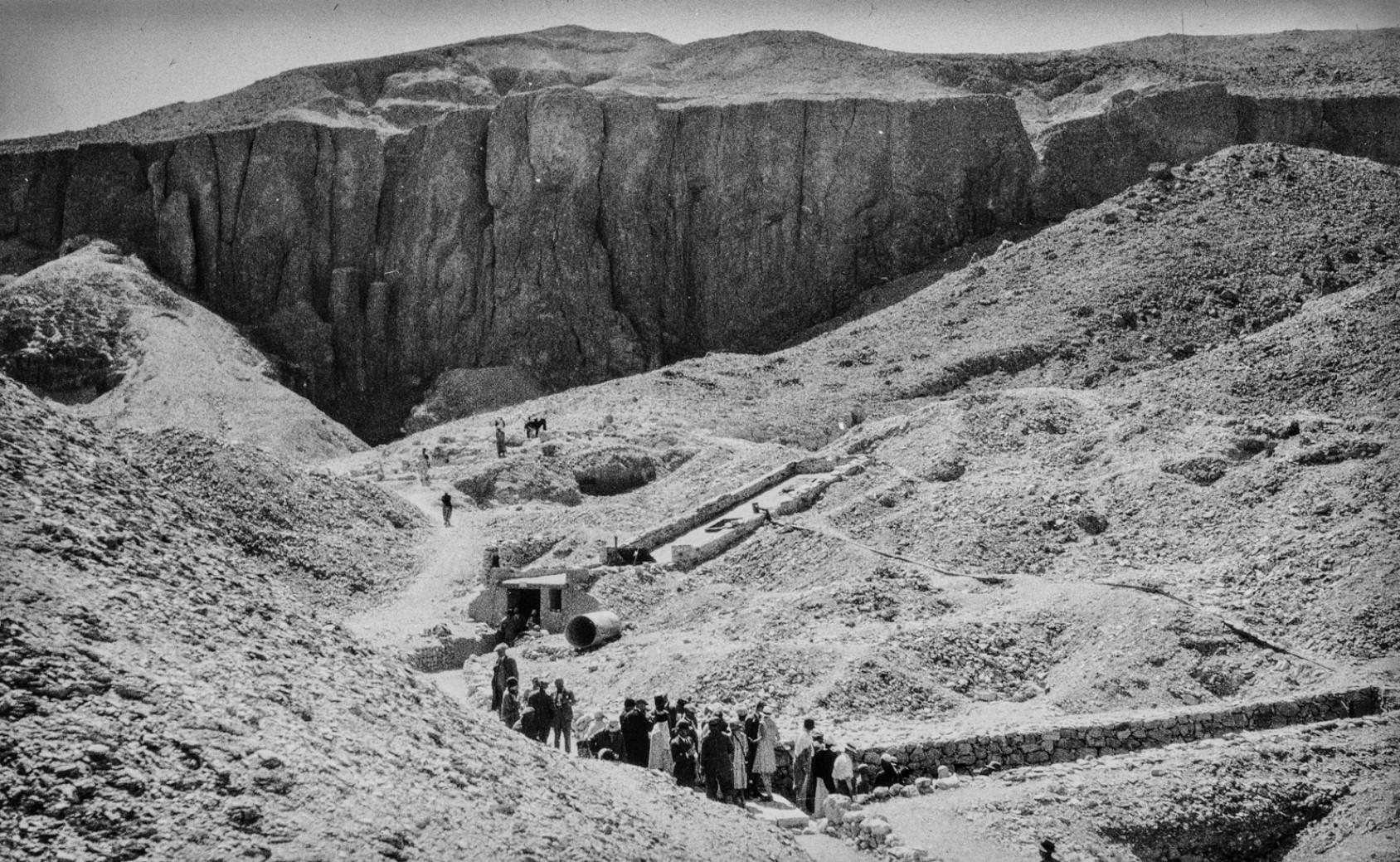 Группа людей на пути в Долину царей