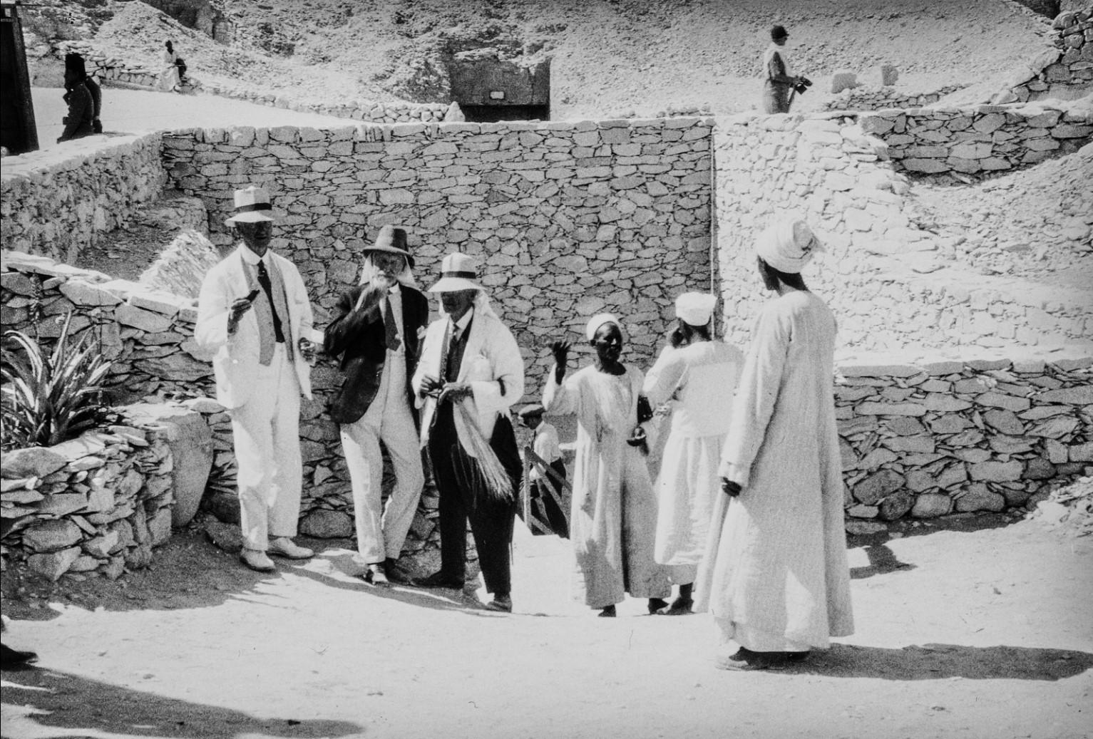 Группа мужчин перед входом в гробницу Тутанхамона