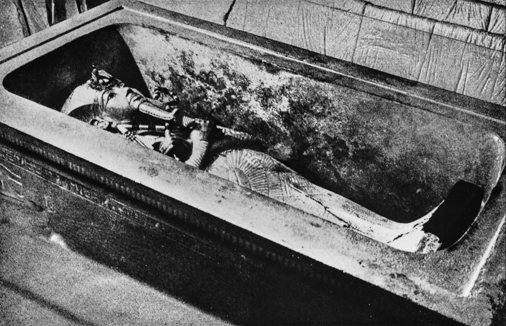 Внешний гроб в каменном саркофаге в гробнице Тутанхамона