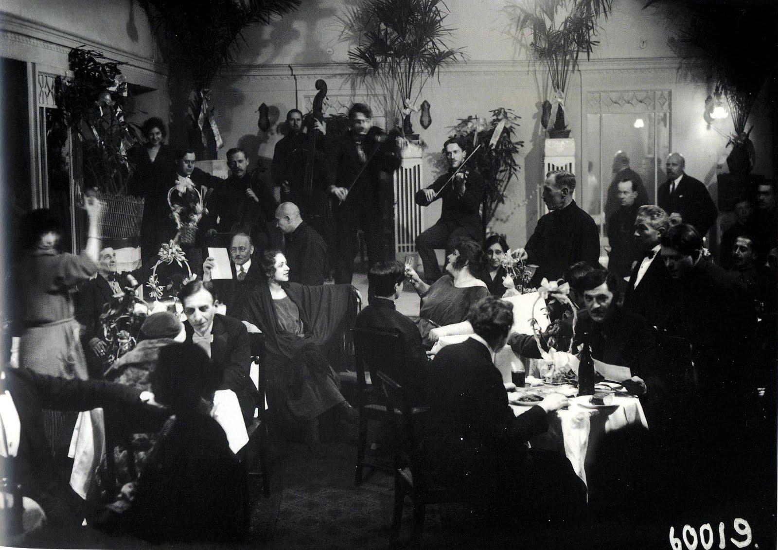 Общий зал ночного ресторана гостиницы Европейская