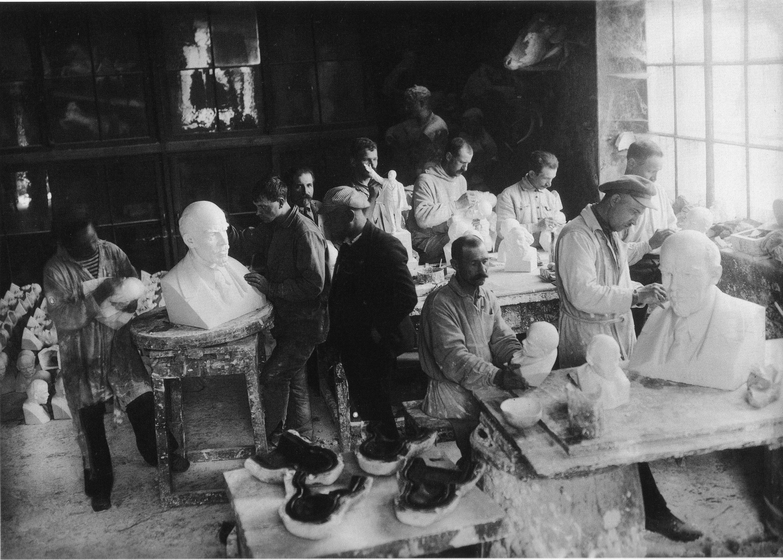 Изготовление бюстов В. И. Ленина в формовочной мастерской Академии художеств
