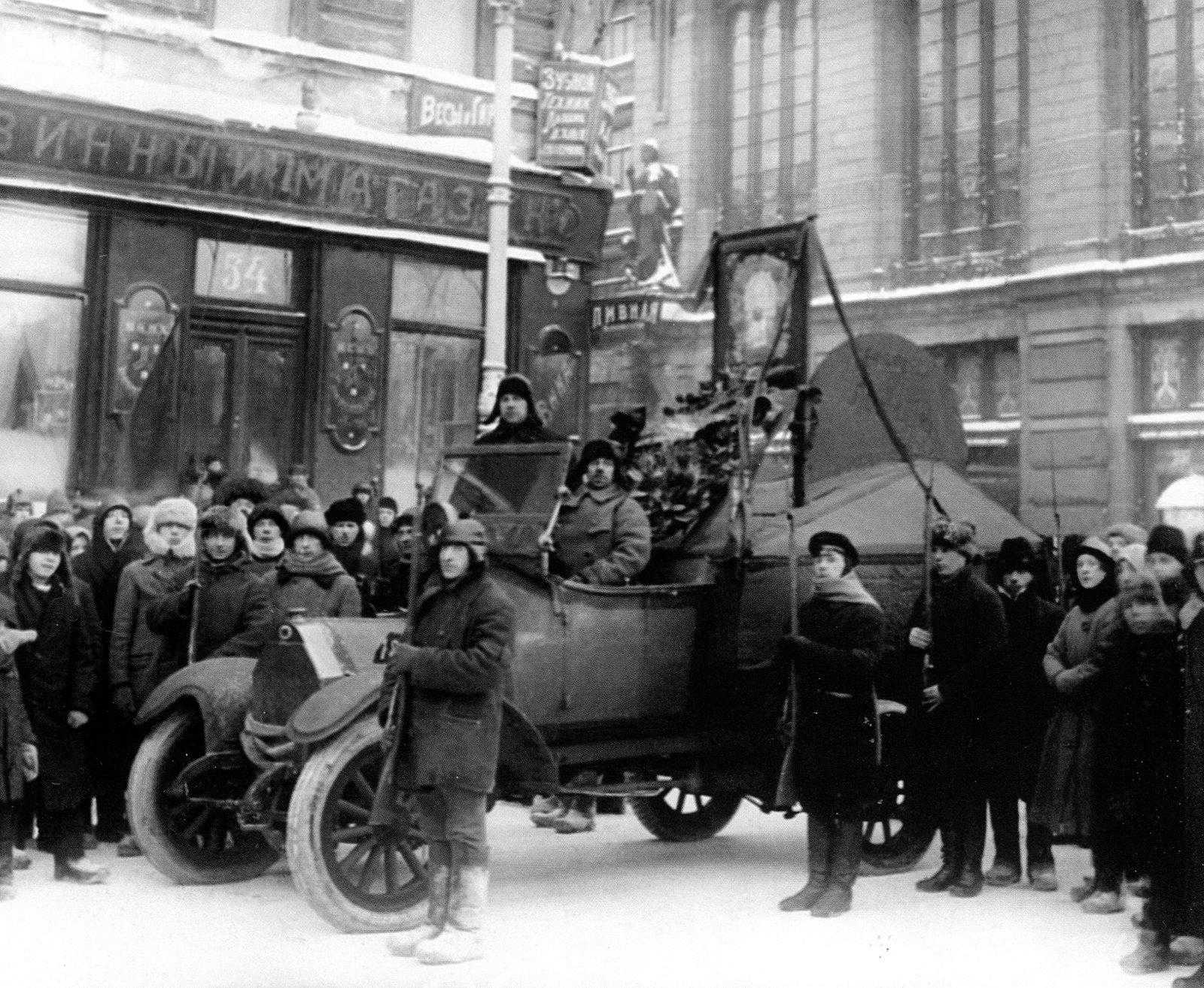 Почетный караул у траурного автомобиля с венками, портретами Вождя и символическим гробом 21 января