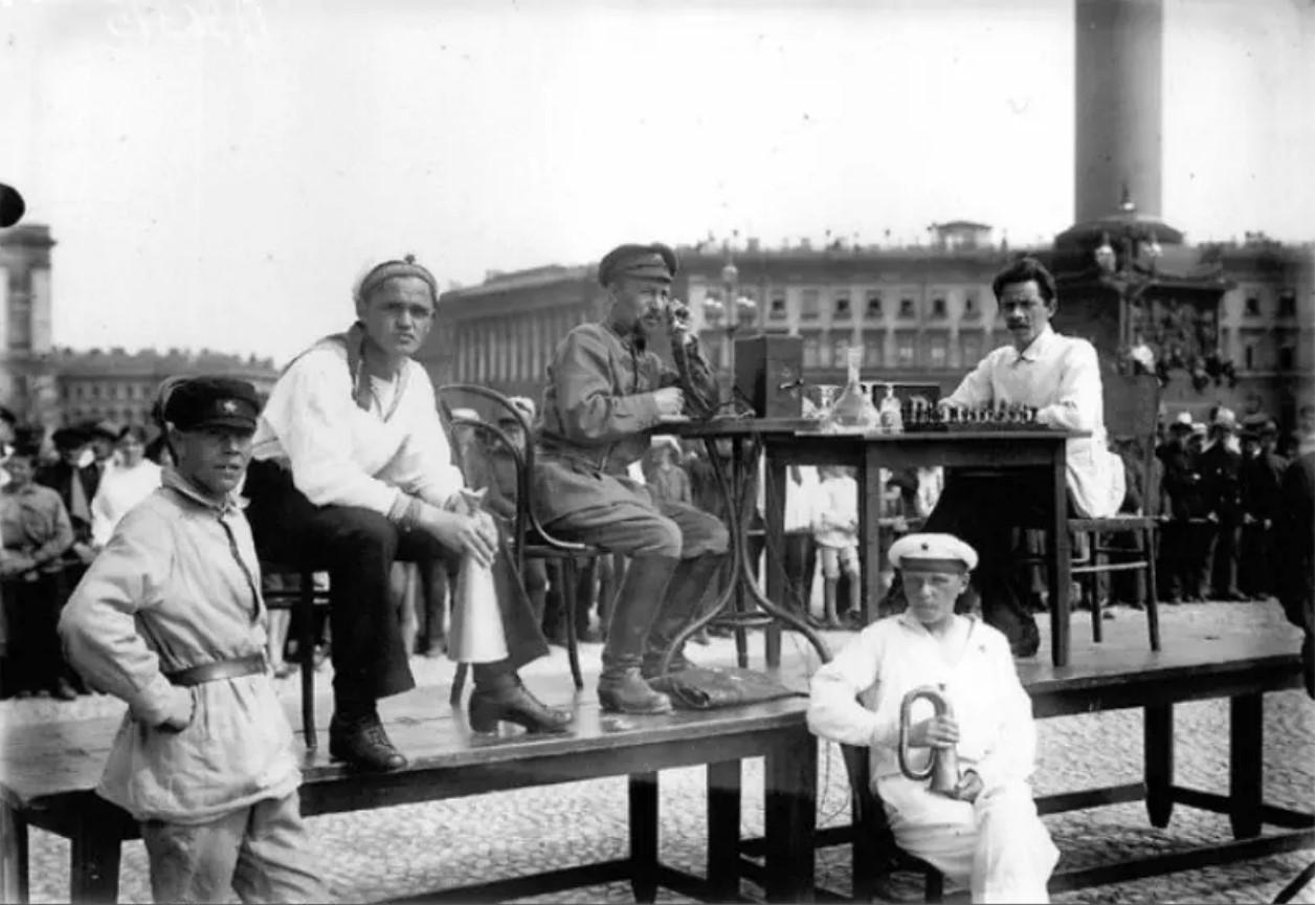 Сеанс игры в живые шахматы на площади Урицкого