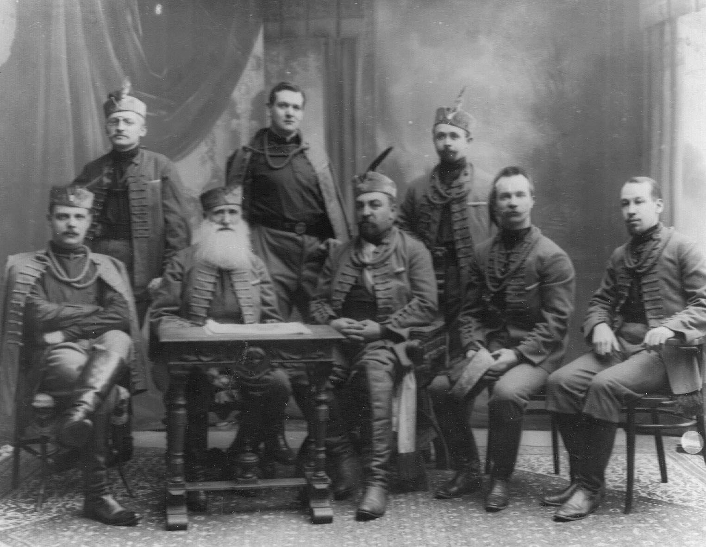 Группа руководителей общества в сокольских костюмах. 1907 (1)