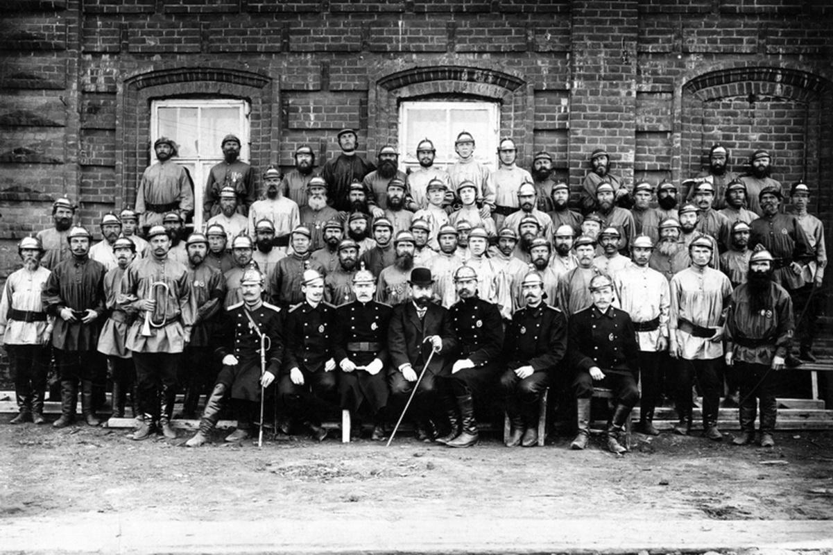 Пожарные и городской голова П. Башенин. 1902