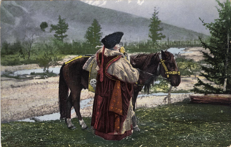 Женщина алтайка в национальном костюме (головной убор - куараан борук, овчинная шуба - тон, безрукавка - чегедек) с лошадью