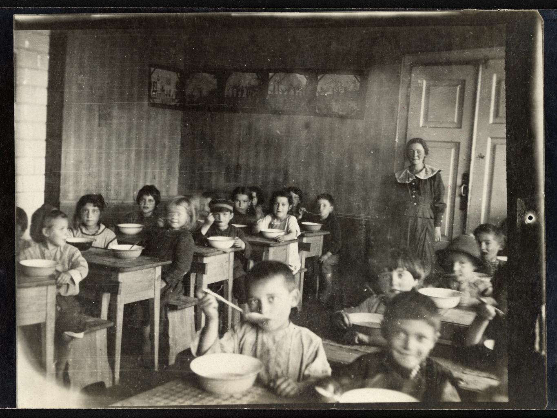 Дети за едой в детском саду Менделе в Белостоке, Польша