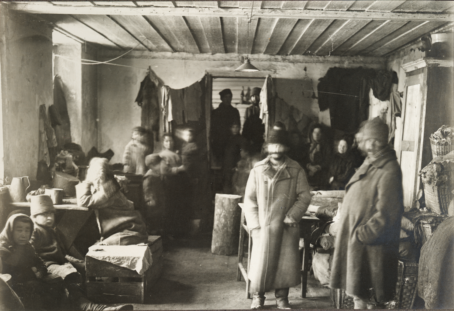 Переполненные помещения, в которых приходилось жить еврейским беженцам