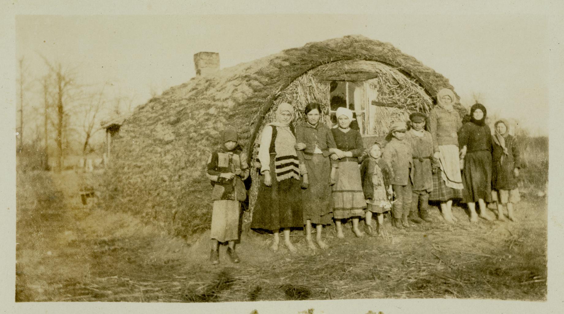 Еврейская семья рядом со своим временным домом, Польша