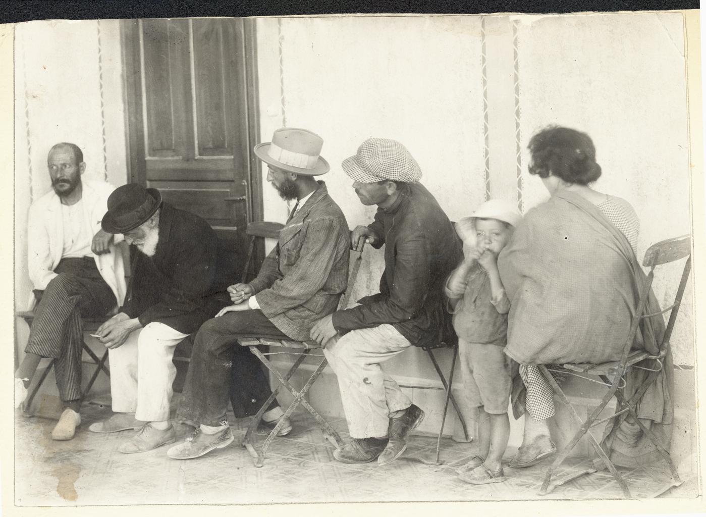 Пациенты, ожидающие приема в лазарете, Иерусалим