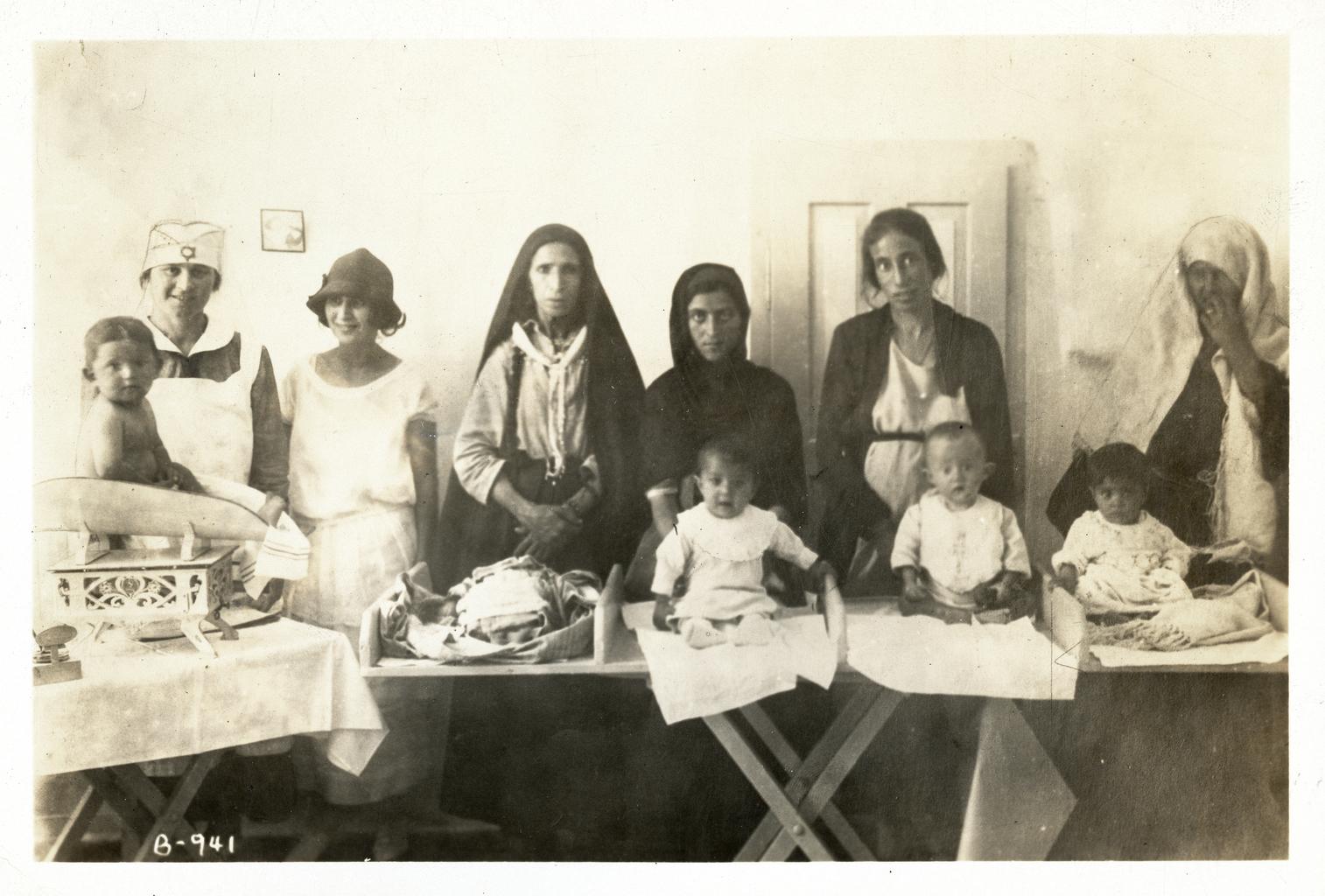 Молодые матери на занятии по уходу за детьми в центре детского здоровья «Хадасса», Иерусалим