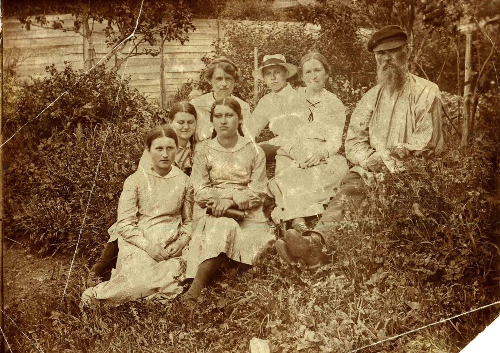 Павел Ксенофонтович Грошев, его сестры, Евдокия Бакакина и К.М. Грошев