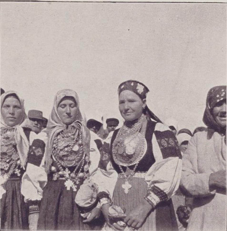 Псковская губерния. Женщины-паломницы возле Печерского монастыря