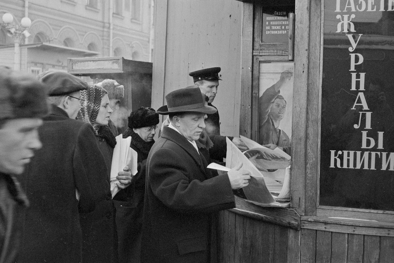 Очередь в киоск со свежей прессой на Ярославском вокзале