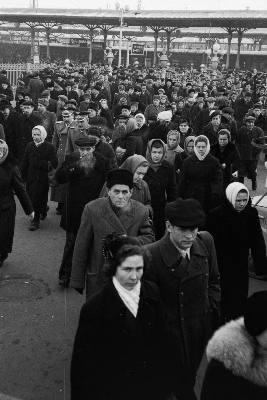 Пассажиры прибывшего пригородного поезда покидают Ярославский вокзал