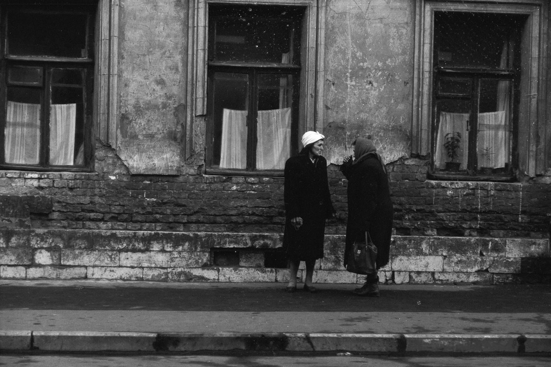 Две женщины разговаривают на улице