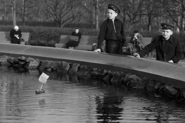 Дети запускают кораблик в фонтане у Большого театра