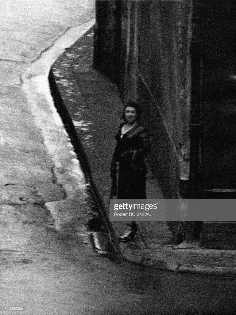 1953. Проститутка на улице Сен-Дени рядом с районом Ле-Аль