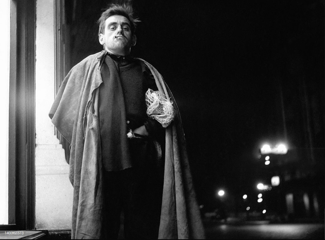 1952. Рабочий из Ле-Аль ночью с джутовым мешком на плечах