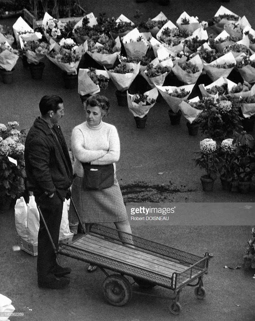 1967. Женщина и мужчина, беседующие в окружении букетов цветов в Ле-Аль