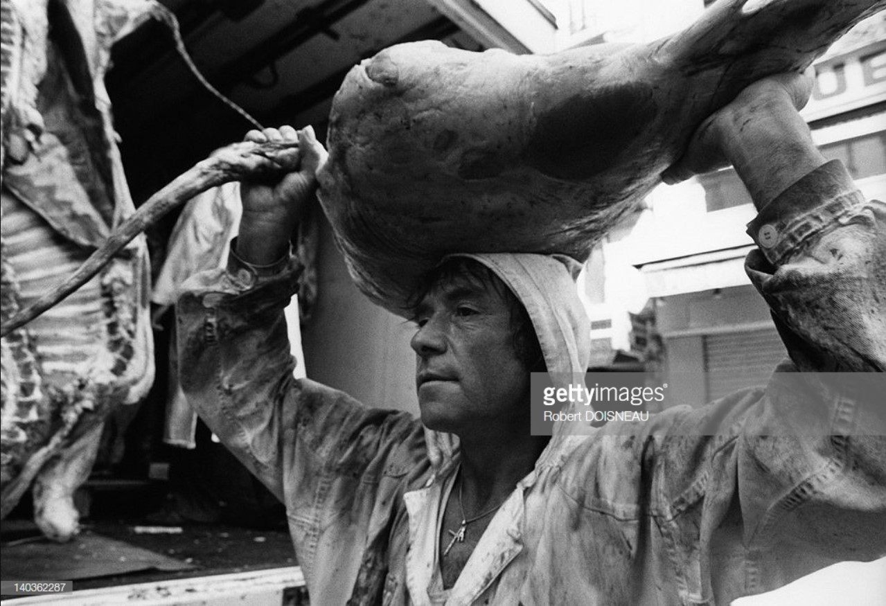 1967. Рыночный носильщик в мясном зале в Ле-Аль