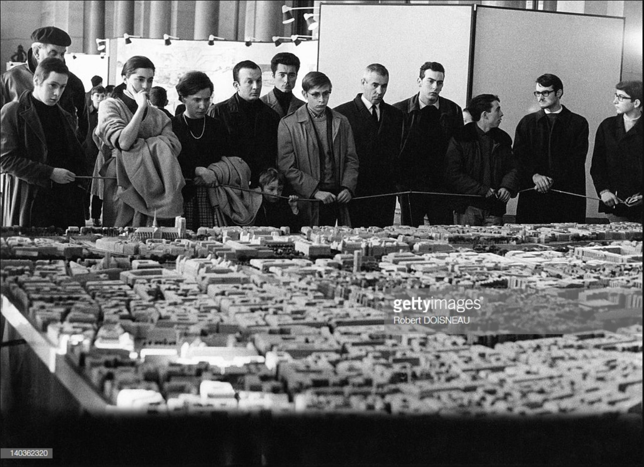 1968. Люди рассматривают модель квартала Ле-Аль.