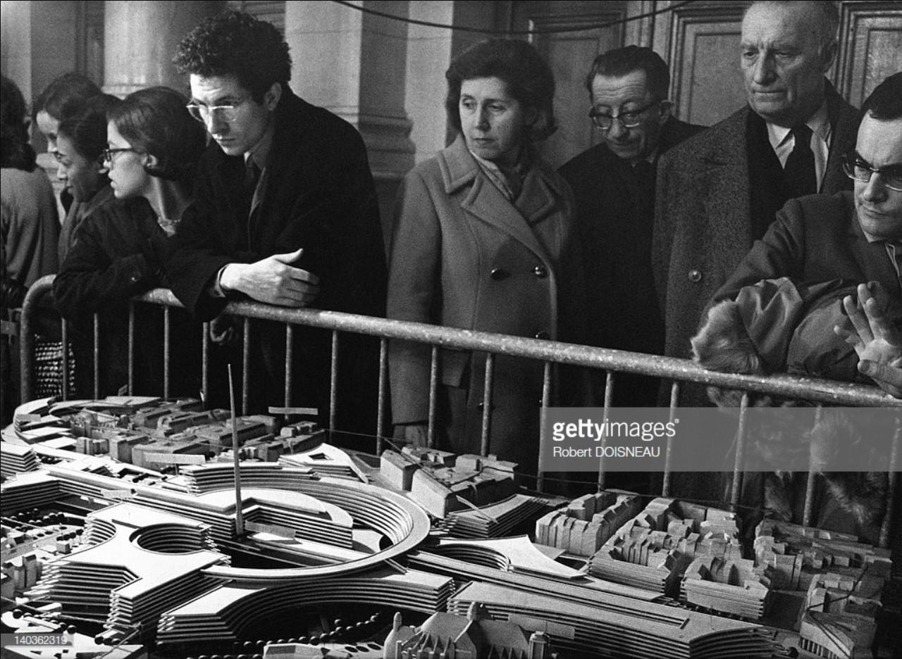 1968. Люди рассматривают модель квартала Ле-Аль