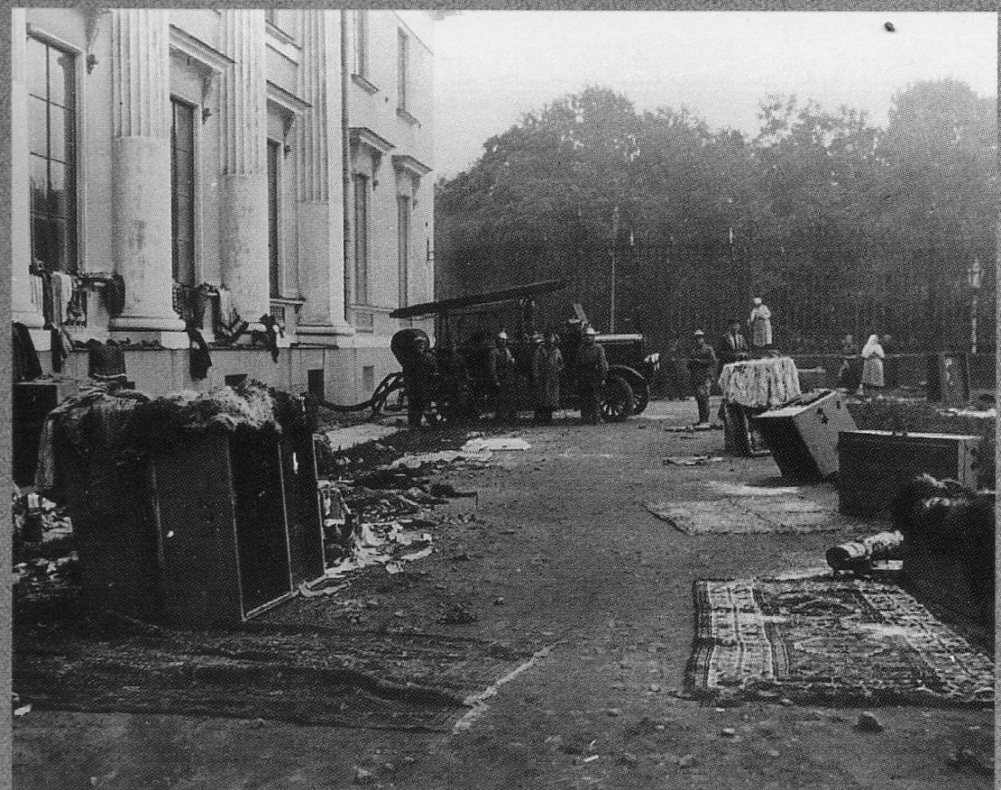 Просушка экспонатов Русского музея после наводнения 23 сентября.