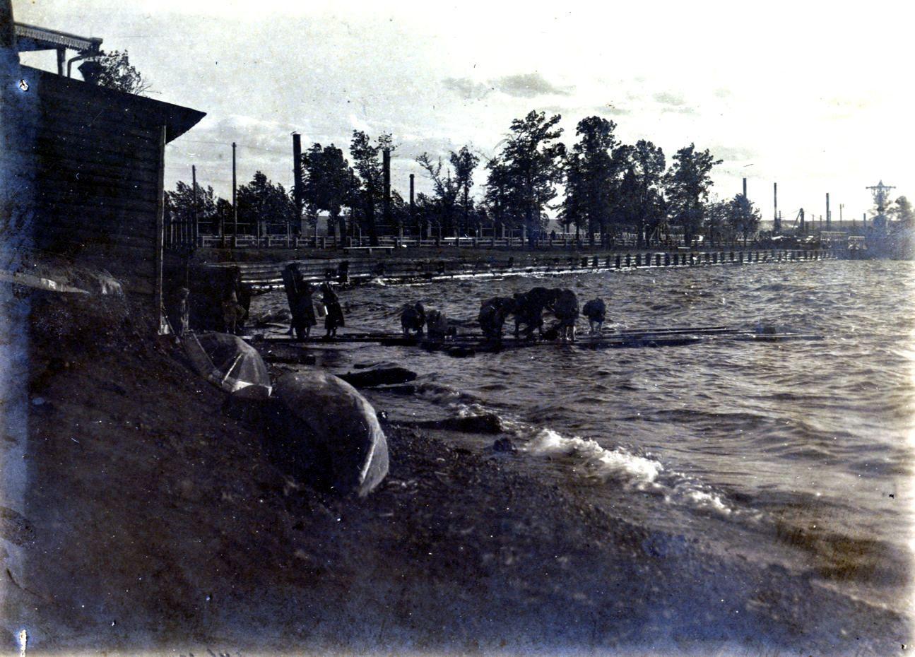 Вид на плотину с берега в центральной части посёлка (у Соборной (Базарной) площади)