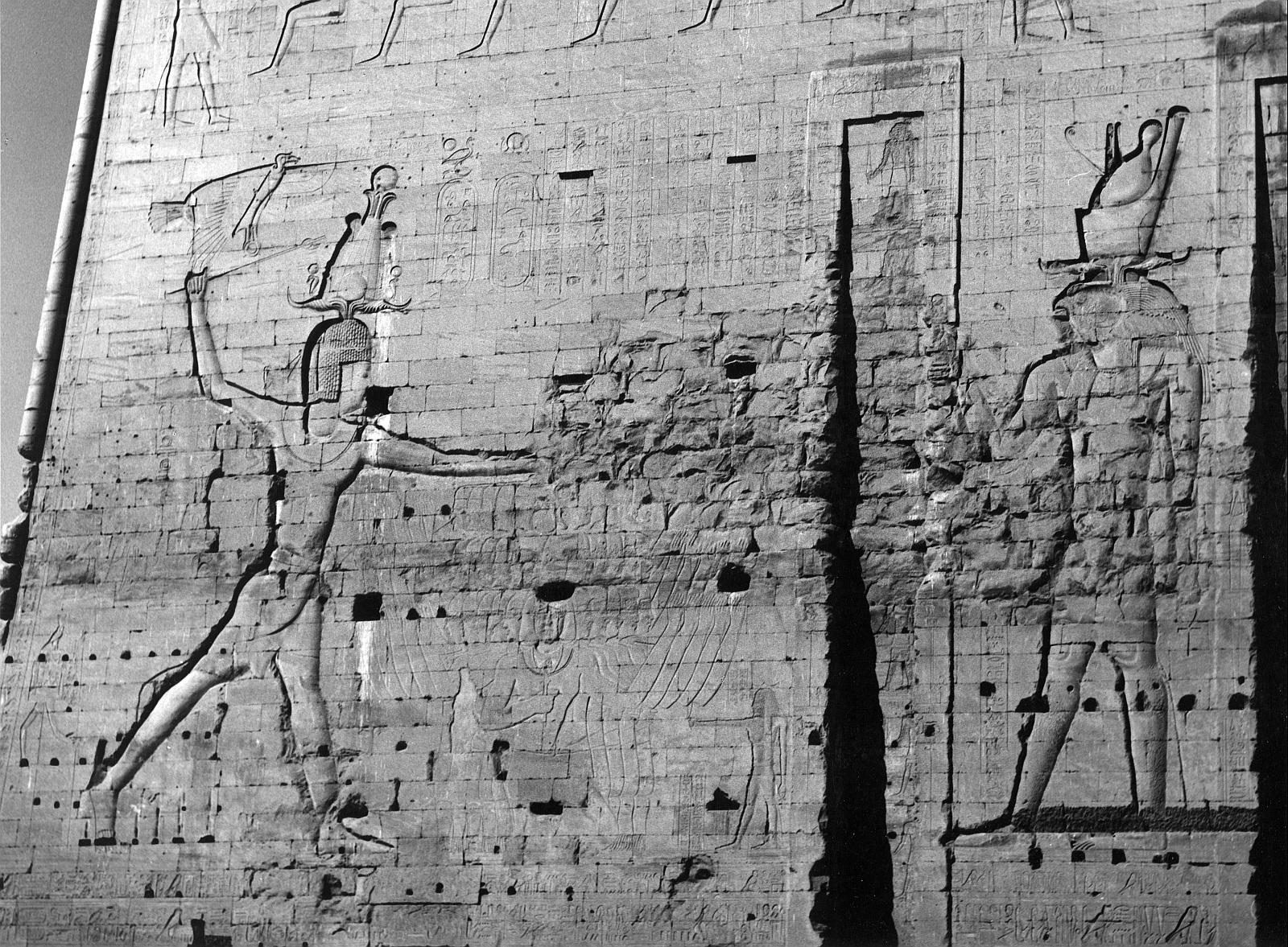 Эдфу. Храм Хоруса. Рельеф «Фараон убивает врагов» на западной половине пилона