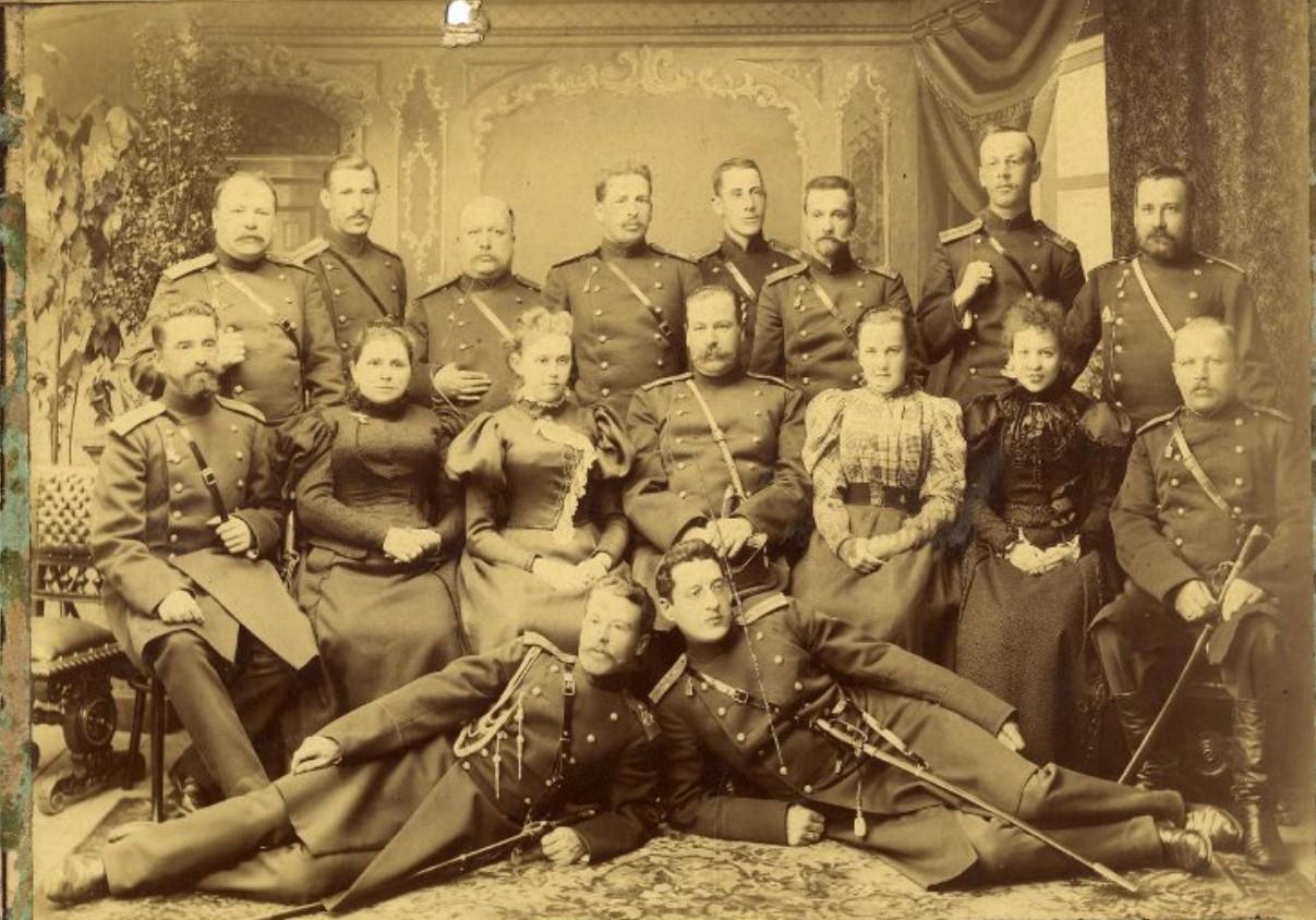 Офицеры 24-й дивизии 93-го пехотного Иркутского полка с полковыми дамами