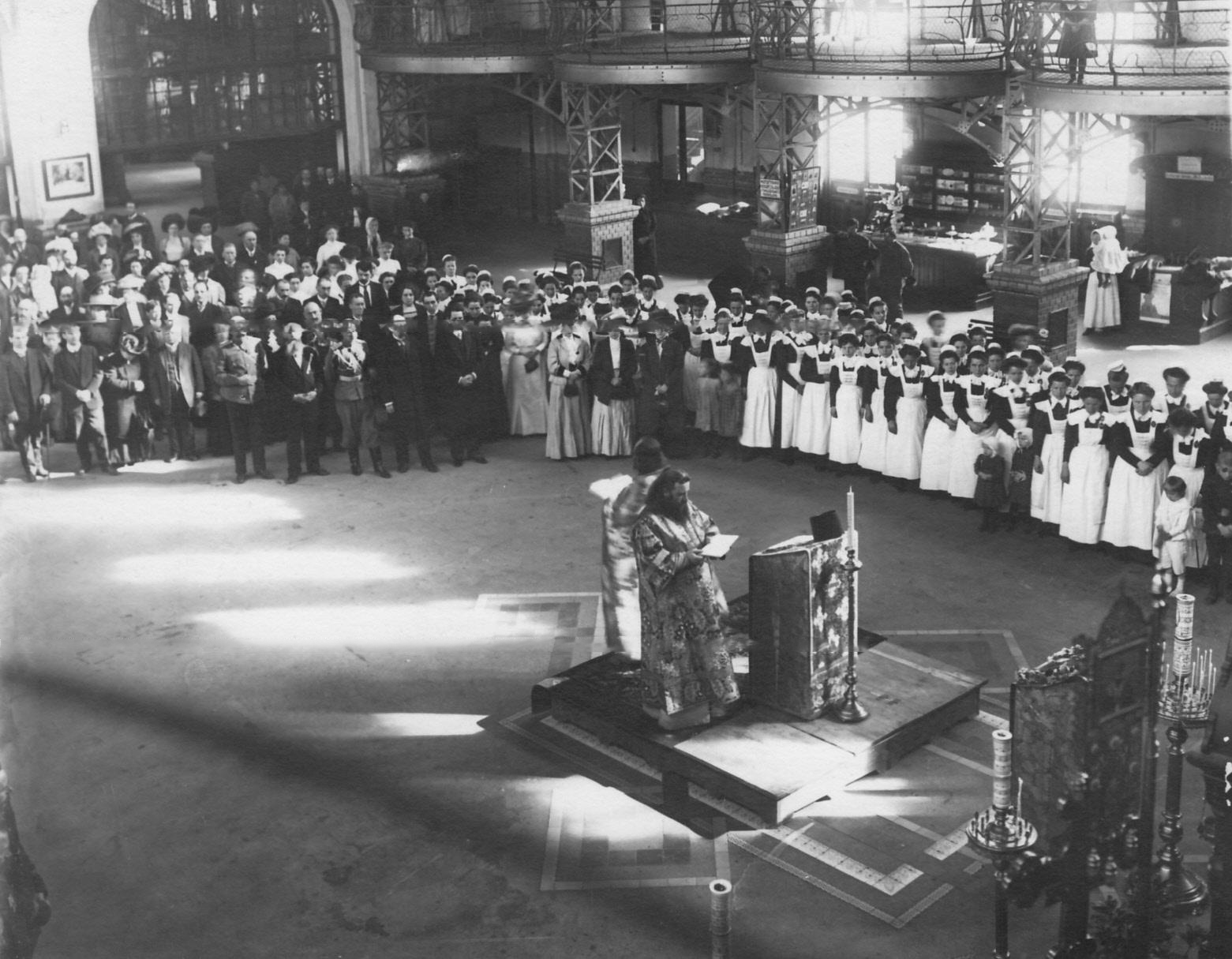 Молебен перед открытием нового театра при Народном доме императора Николая II. 1912