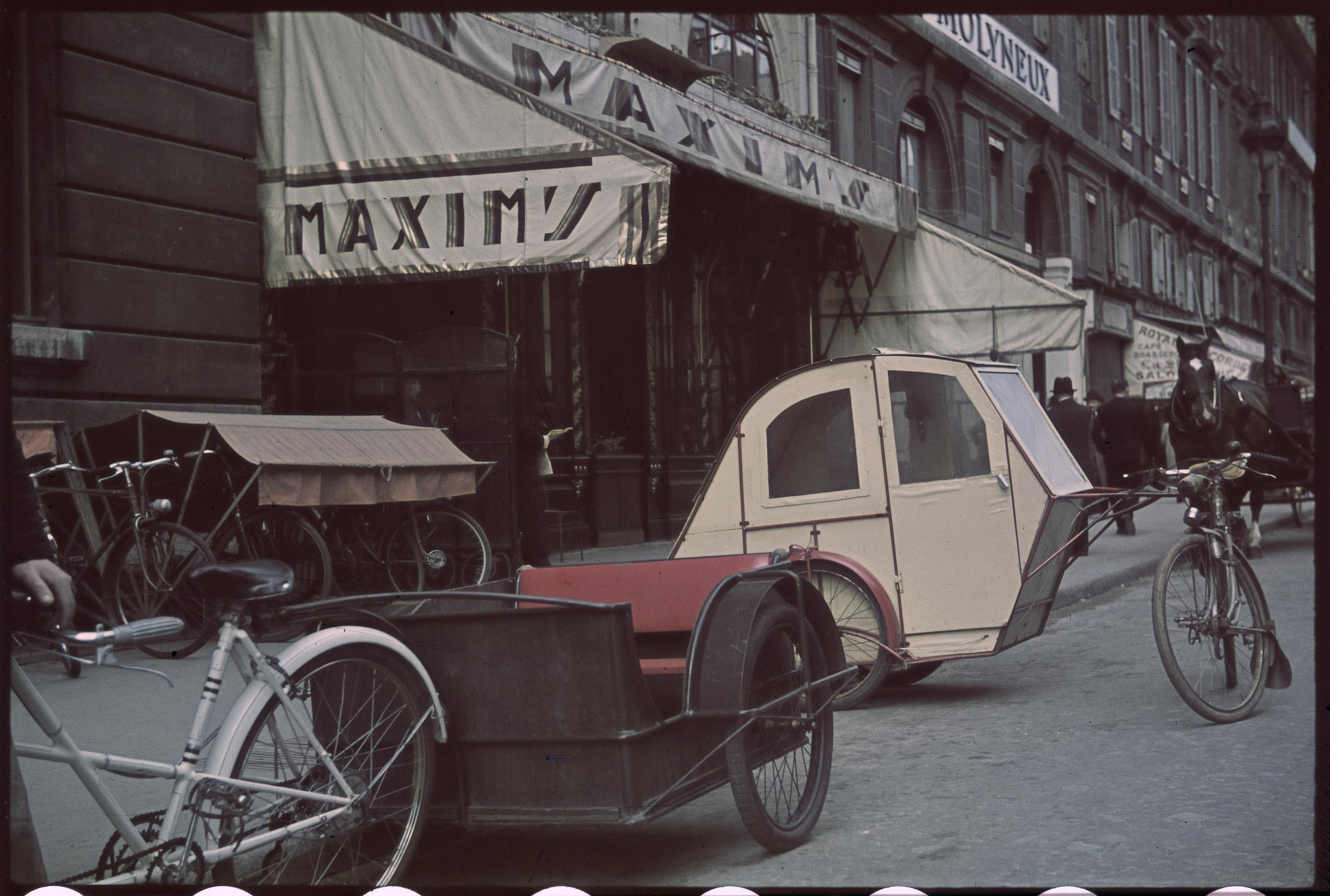 Велотакси, ожидающие перед Максимом