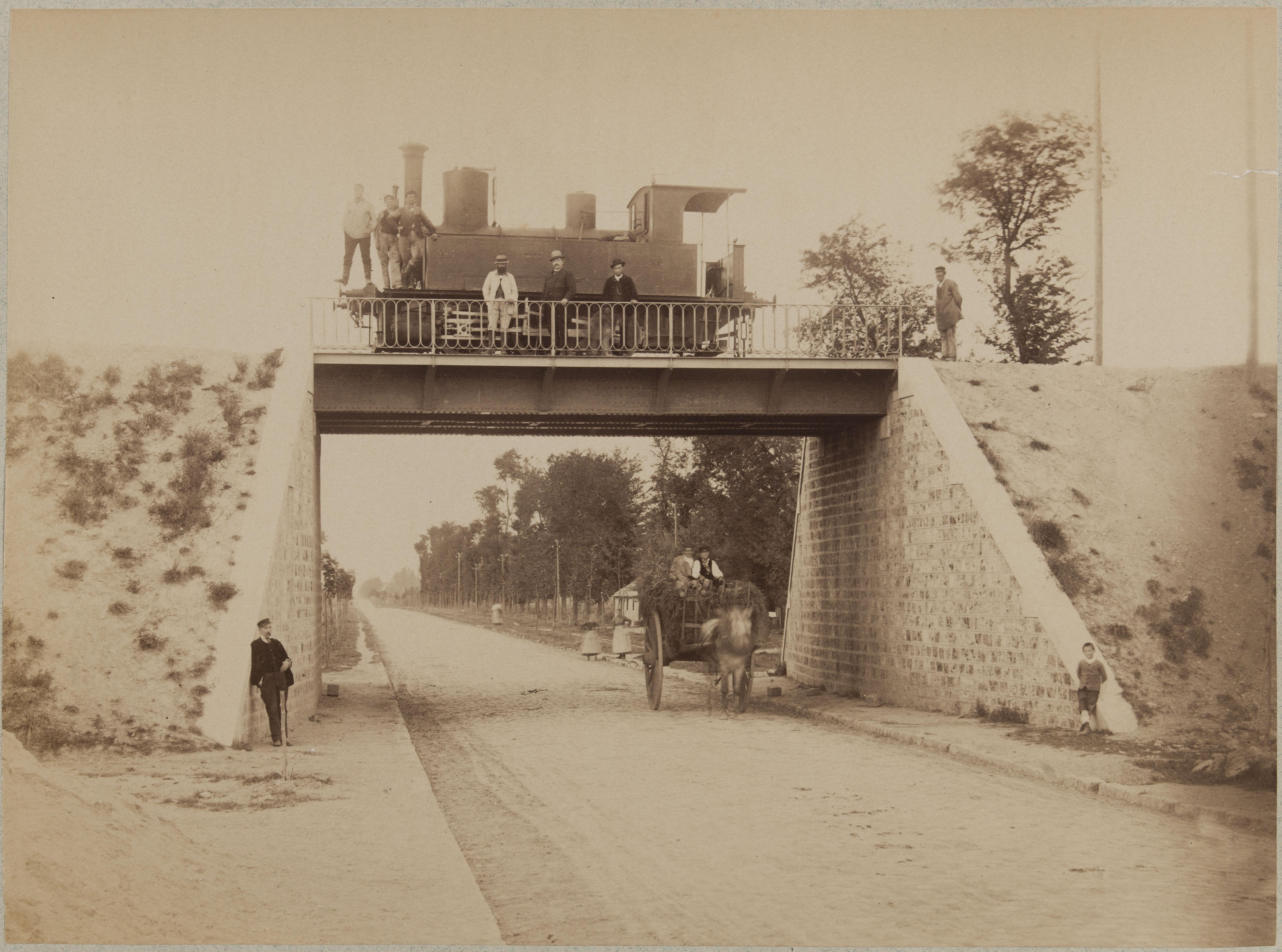 Нижний путепровод Национальной магистрали № 5 под мостом повозка, на мосту локомотив